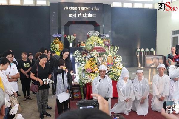 Vợ cũ và các con của cố nghệ sĩ Lê Bình xót xa nhìn linh cữu được đưa đi hỏa táng-2