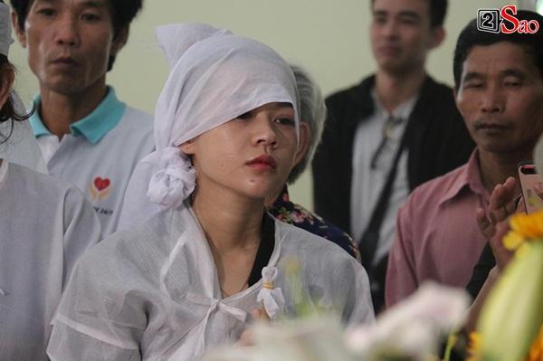 Vợ cũ và các con của cố nghệ sĩ Lê Bình xót xa nhìn linh cữu được đưa đi hỏa táng-7