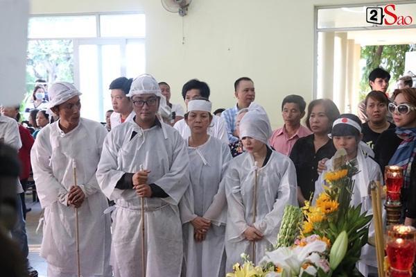 Vợ cũ và các con của cố nghệ sĩ Lê Bình xót xa nhìn linh cữu được đưa đi hỏa táng-8