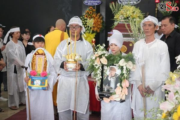 Vợ cũ và các con của cố nghệ sĩ Lê Bình xót xa nhìn linh cữu được đưa đi hỏa táng-9