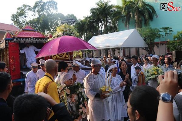 Vợ cũ và các con của cố nghệ sĩ Lê Bình xót xa nhìn linh cữu được đưa đi hỏa táng-15