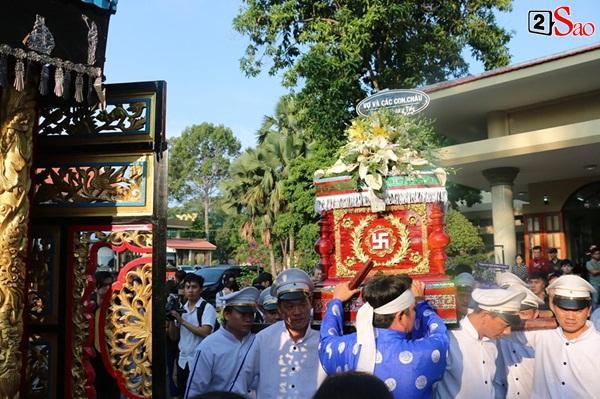 Vợ cũ và các con của cố nghệ sĩ Lê Bình xót xa nhìn linh cữu được đưa đi hỏa táng-14