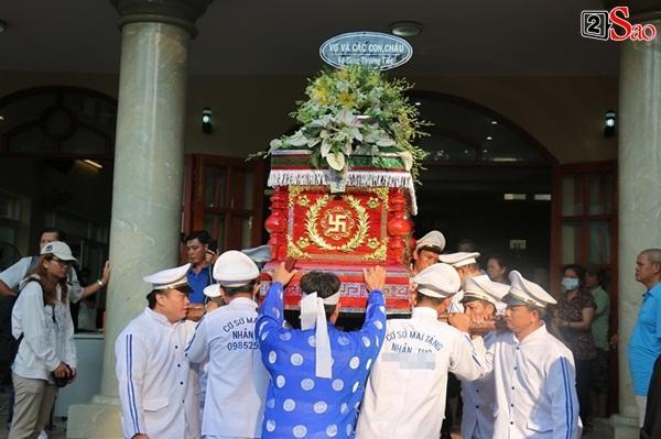 Vợ cũ và các con của cố nghệ sĩ Lê Bình xót xa nhìn linh cữu được đưa đi hỏa táng-13