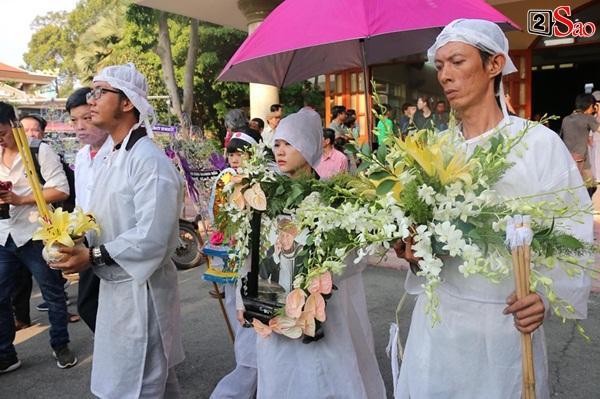Vợ cũ và các con của cố nghệ sĩ Lê Bình xót xa nhìn linh cữu được đưa đi hỏa táng-11