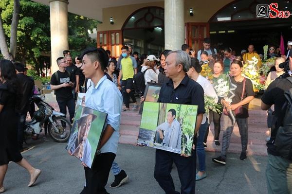 Vợ cũ và các con của cố nghệ sĩ Lê Bình xót xa nhìn linh cữu được đưa đi hỏa táng-12