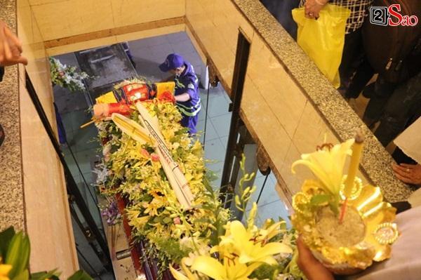 Vợ cũ và các con của cố nghệ sĩ Lê Bình xót xa nhìn linh cữu được đưa đi hỏa táng-18