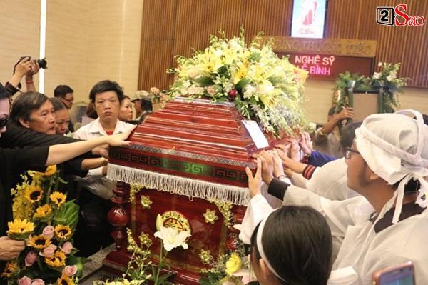Vợ cũ và các con của cố nghệ sĩ Lê Bình xót xa nhìn linh cữu được đưa đi hỏa táng-17