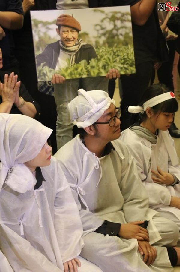 Vợ cũ và các con của cố nghệ sĩ Lê Bình xót xa nhìn linh cữu được đưa đi hỏa táng-21