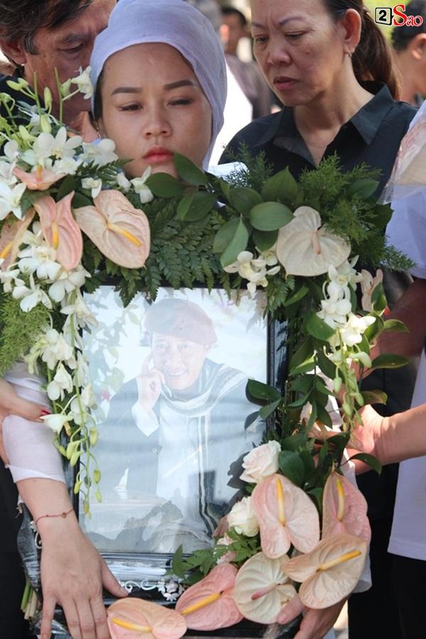 Vợ cũ và các con của cố nghệ sĩ Lê Bình xót xa nhìn linh cữu được đưa đi hỏa táng-20