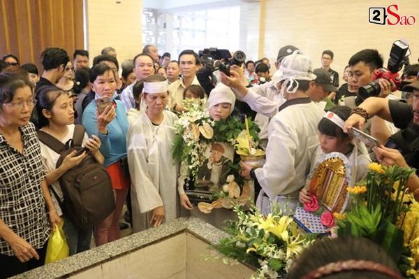 Vợ cũ và các con của cố nghệ sĩ Lê Bình xót xa nhìn linh cữu được đưa đi hỏa táng-19