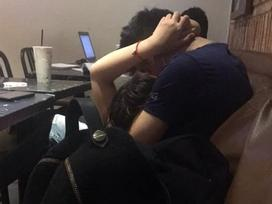 Vật ngửa nhau ra hôn lấy hôn để trong quán cà phê, đôi nam nữ khiến người ngồi cạnh đỏ mặt chẳng dám nhìn