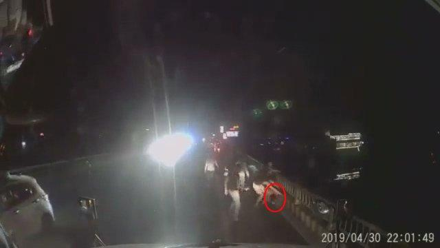 Clip: Chỉ vì bấm còi xin đường, 2 tài xế container bị nhóm côn đồ đánh bầm dập, mặt mày be bét máu-1