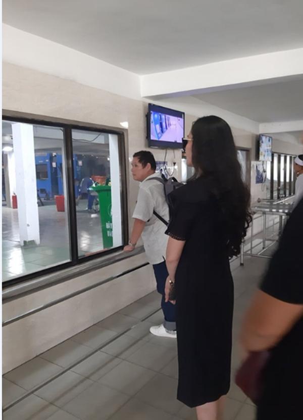 Đám tang vãn người, diễn viên Hạnh Thúy vẫn nán lại tiễn linh cữu nghệ sĩ Lê Bình vào phòng hỏa thiêu-1