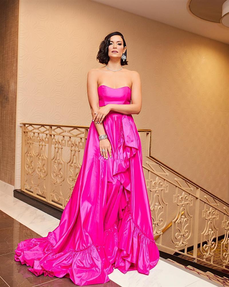 Sau thảm họa quần nhàu, Hoa hậu Hoàn vũ 2018 lại mặc đầm sến rện lép vế trước hội chị em Universe-8