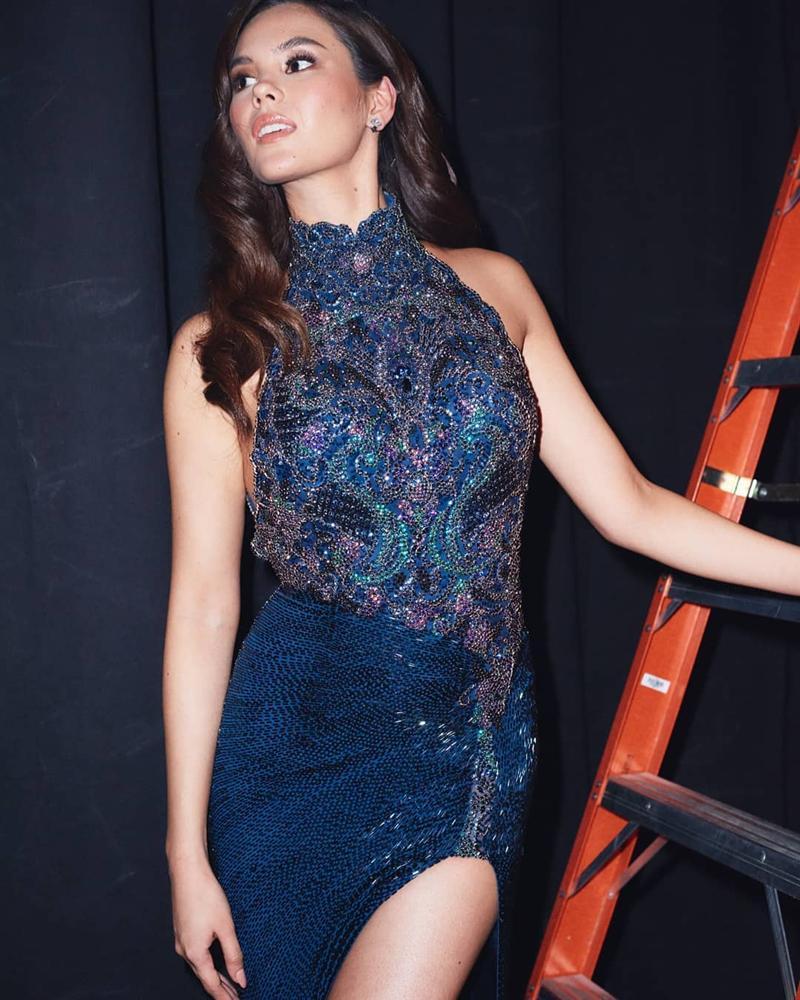 Sau thảm họa quần nhàu, Hoa hậu Hoàn vũ 2018 lại mặc đầm sến rện lép vế trước hội chị em Universe-11