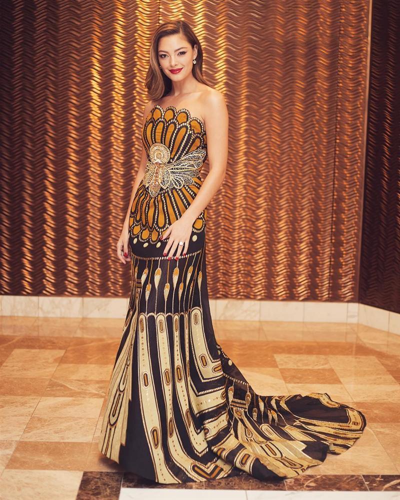 Sau thảm họa quần nhàu, Hoa hậu Hoàn vũ 2018 lại mặc đầm sến rện lép vế trước hội chị em Universe-5