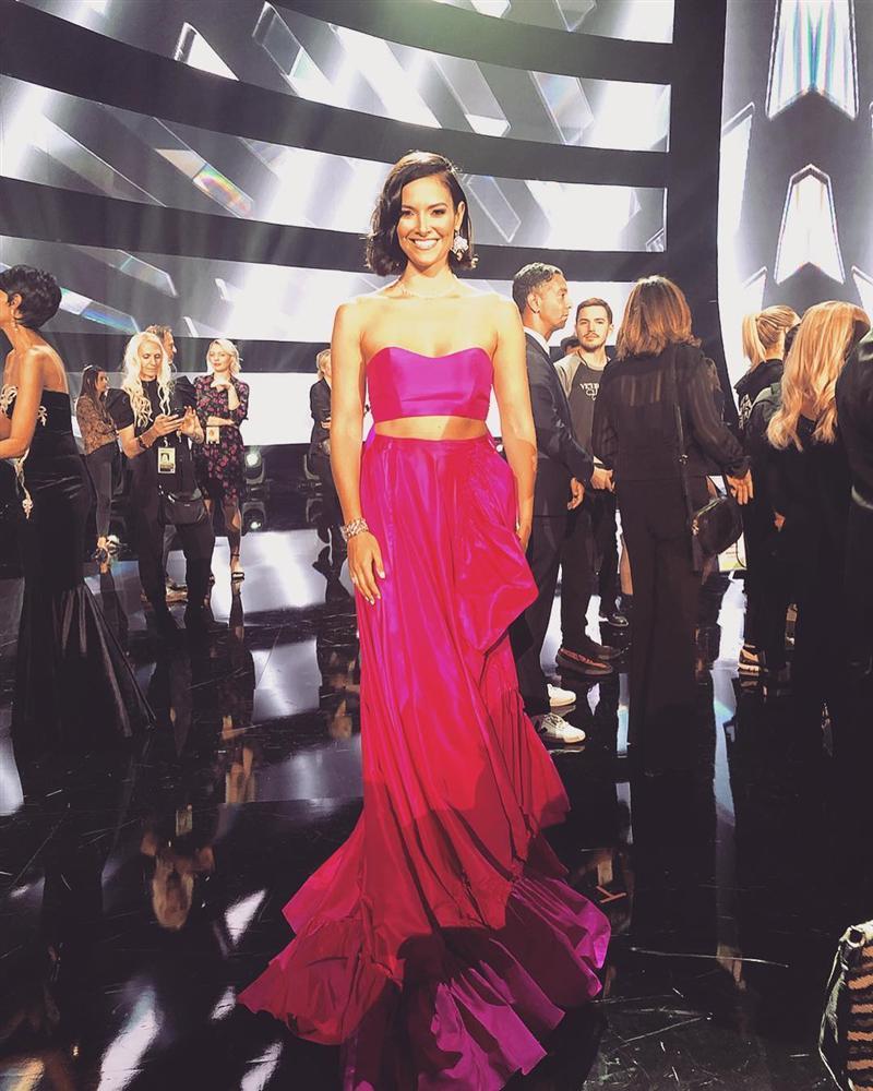 Sau thảm họa quần nhàu, Hoa hậu Hoàn vũ 2018 lại mặc đầm sến rện lép vế trước hội chị em Universe-7
