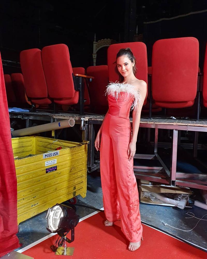 Sau thảm họa quần nhàu, Hoa hậu Hoàn vũ 2018 lại mặc đầm sến rện lép vế trước hội chị em Universe-13