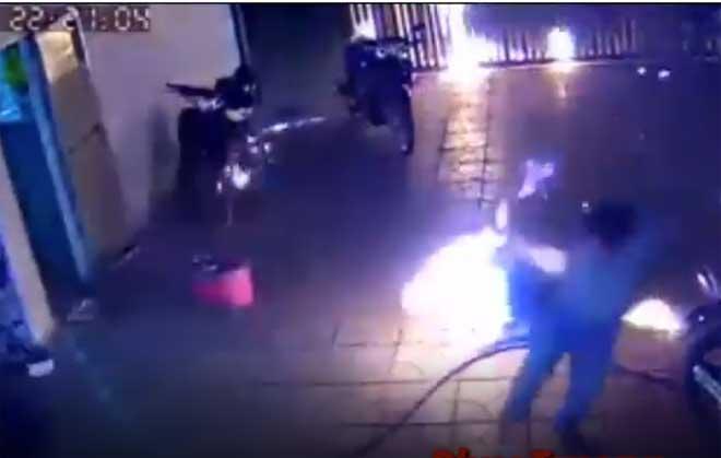 CLIP KINH HOÀNG: Cả nhà chạy toán loạn vì bị ném BOM XĂNG như phim hành động Mỹ-1