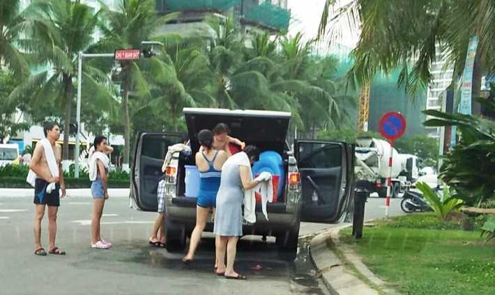 Cả nhà thản nhiên đỗ ô tô, tắm táp trên đường phố Đà Nẵng-1