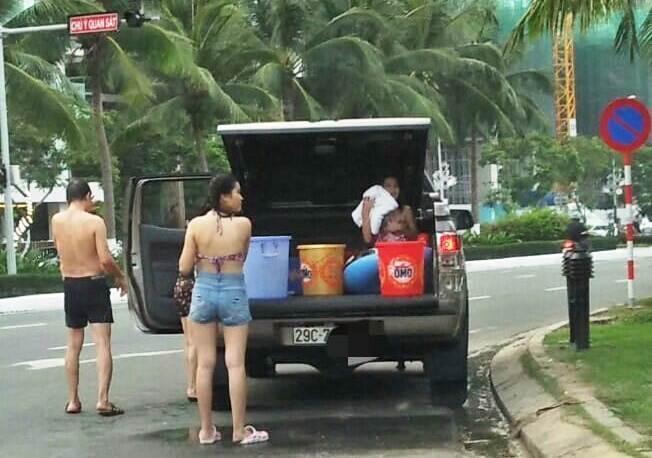 Cả nhà thản nhiên đỗ ô tô, tắm táp trên đường phố Đà Nẵng-2