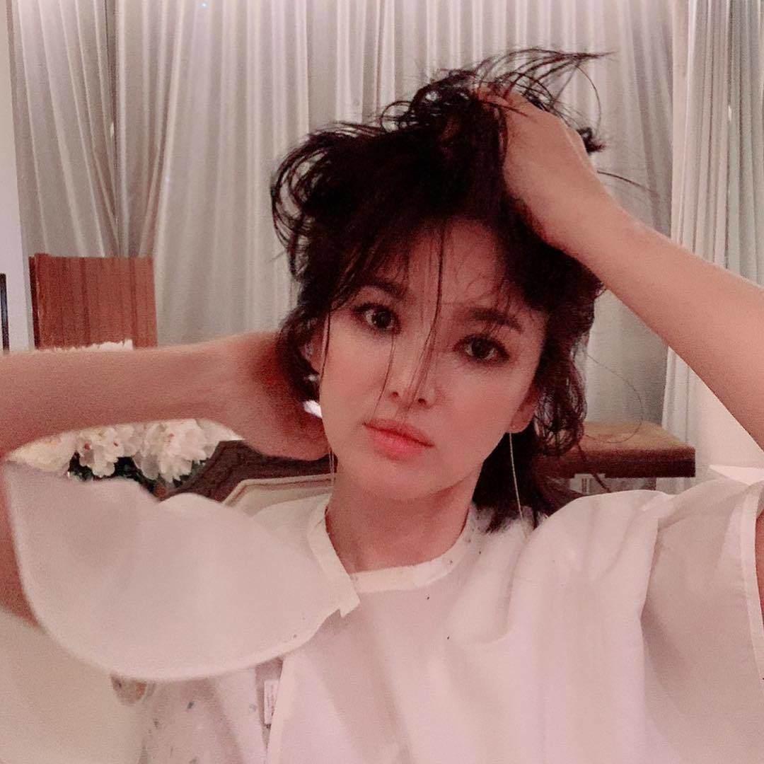 Hết hồn với hình ảnh đầu xù tóc rối của Song Hye Kyo-1