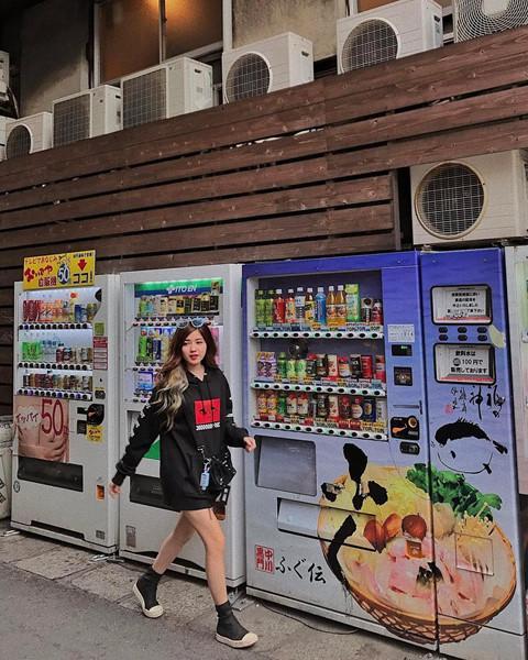 Cửa hàng tiện lợi, siêu thị thành background chất lừ cho hội sống ảo-3