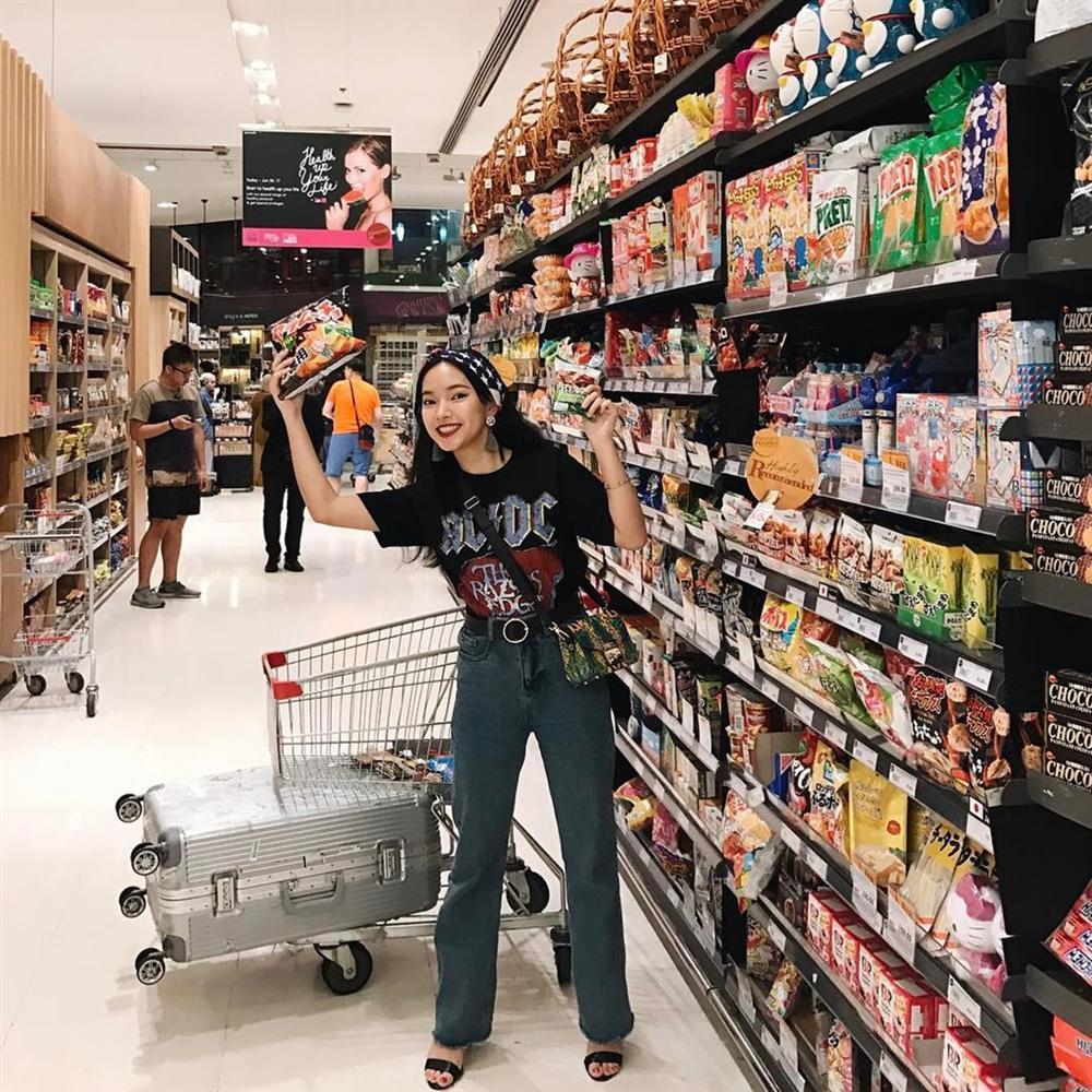 Cửa hàng tiện lợi, siêu thị thành background chất lừ cho hội sống ảo-8