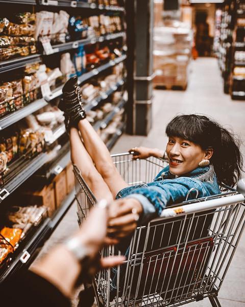 Cửa hàng tiện lợi, siêu thị thành background chất lừ cho hội sống ảo-9