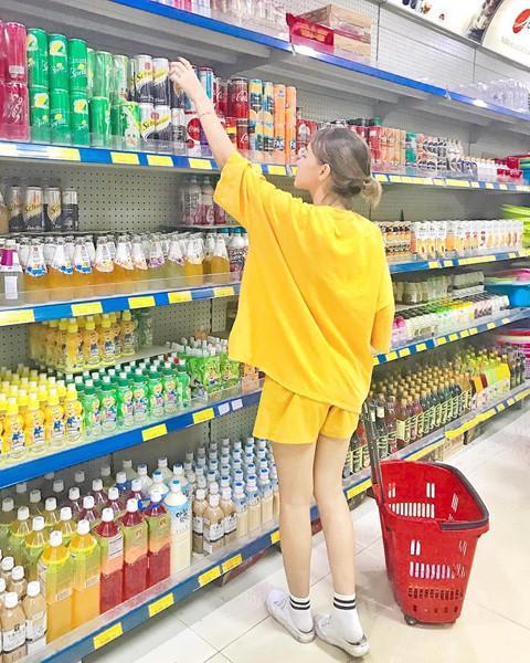 Cửa hàng tiện lợi, siêu thị thành background chất lừ cho hội sống ảo-7
