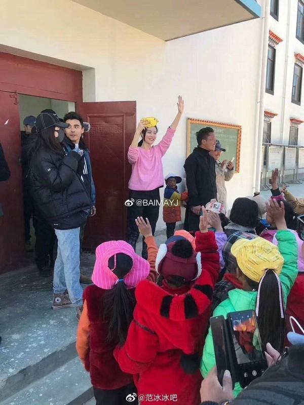 Ngày thứ 2 thiện nguyện ở Tây Tạng, Phạm Băng Băng phải thở oxy vì thời tiết-9