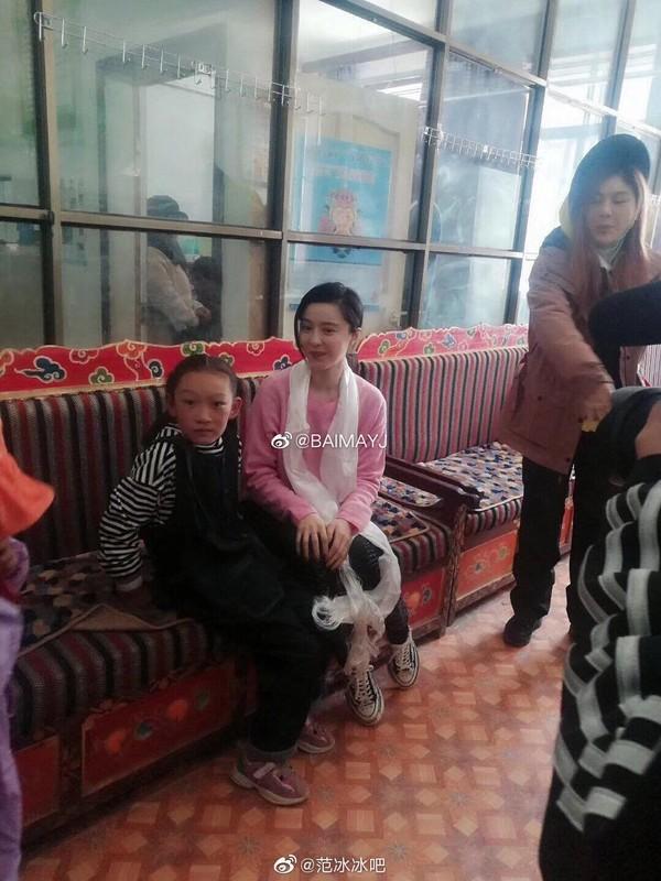 Ngày thứ 2 thiện nguyện ở Tây Tạng, Phạm Băng Băng phải thở oxy vì thời tiết-10