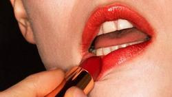 Lạ đời Gucci sử dụng người mẫu răng sún để quảng cáo son môi