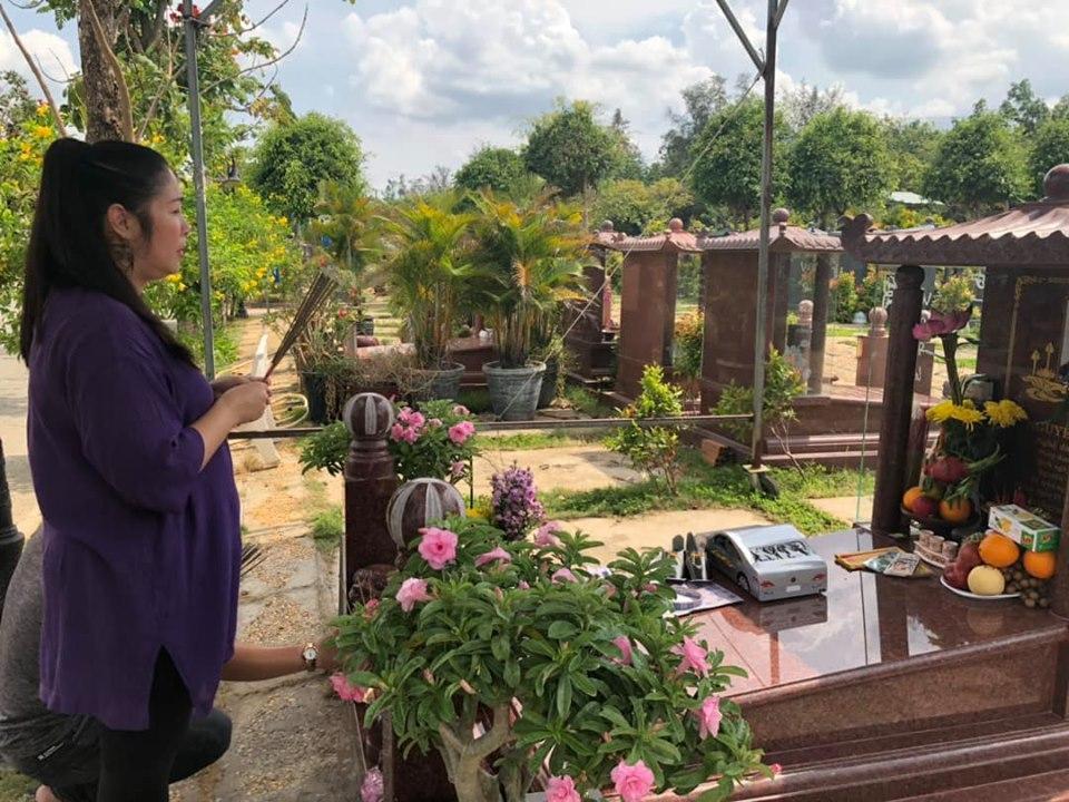 NSND Hồng Vân mang xế sang tới mộ tặng Anh Vũ, tiết lộ di nguyện cao đẹp cuối cùng của đàn em-1