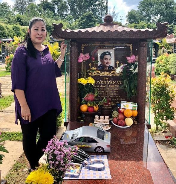 NSND Hồng Vân mang xế sang tới mộ tặng Anh Vũ, tiết lộ di nguyện cao đẹp cuối cùng của đàn em-2