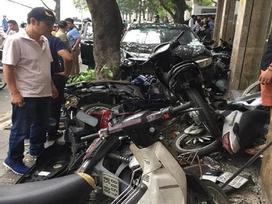 Hiện trường vụ 'xe điên' lao vỉa hè đâm nát 6 xe máy trên phố Hà Nội