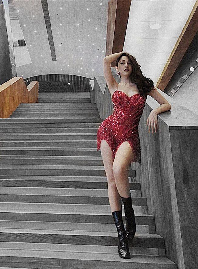 Bảo Anh nhiều lần gây thót tim với váy siêu ngắn-12