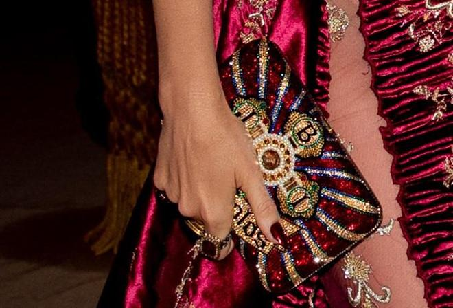 Câu chuyện đằng sau những bộ trang phục hoành tráng tại Met Gala-8