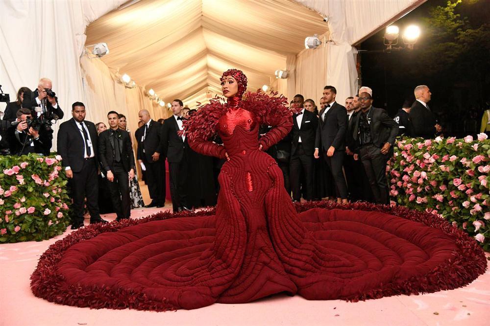Thảm đỏ Met Gala 2019: Lady Gaga liên tục lột đồ khoe nội y, Cardi B mặc cực kín nhưng gây liên tưởng nhạy cảm, xuất hiện cả Pharaoh vàng chóe-5