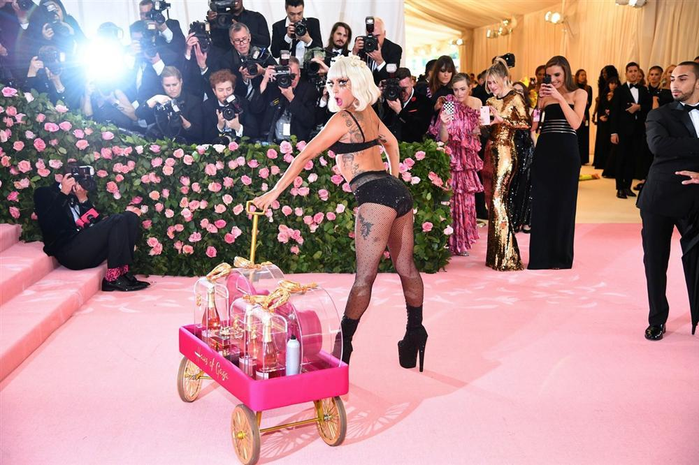 Thảm đỏ Met Gala 2019: Lady Gaga liên tục lột đồ khoe nội y, Cardi B mặc cực kín nhưng gây liên tưởng nhạy cảm, xuất hiện cả Pharaoh vàng chóe-4