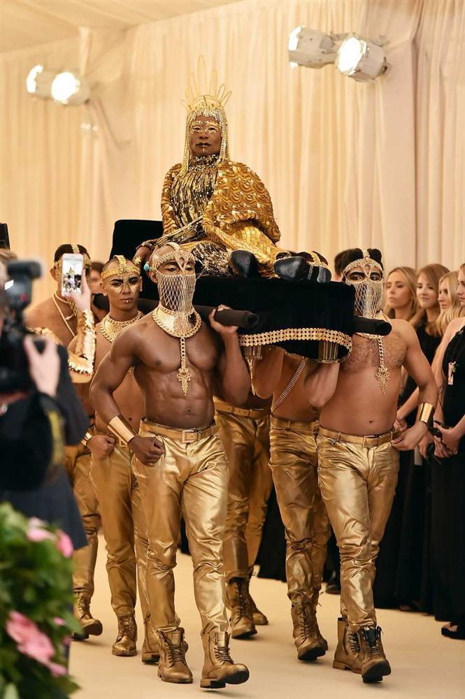 Thảm đỏ Met Gala 2019: Lady Gaga liên tục lột đồ khoe nội y, Cardi B mặc cực kín nhưng gây liên tưởng nhạy cảm, xuất hiện cả Pharaoh vàng chóe-6
