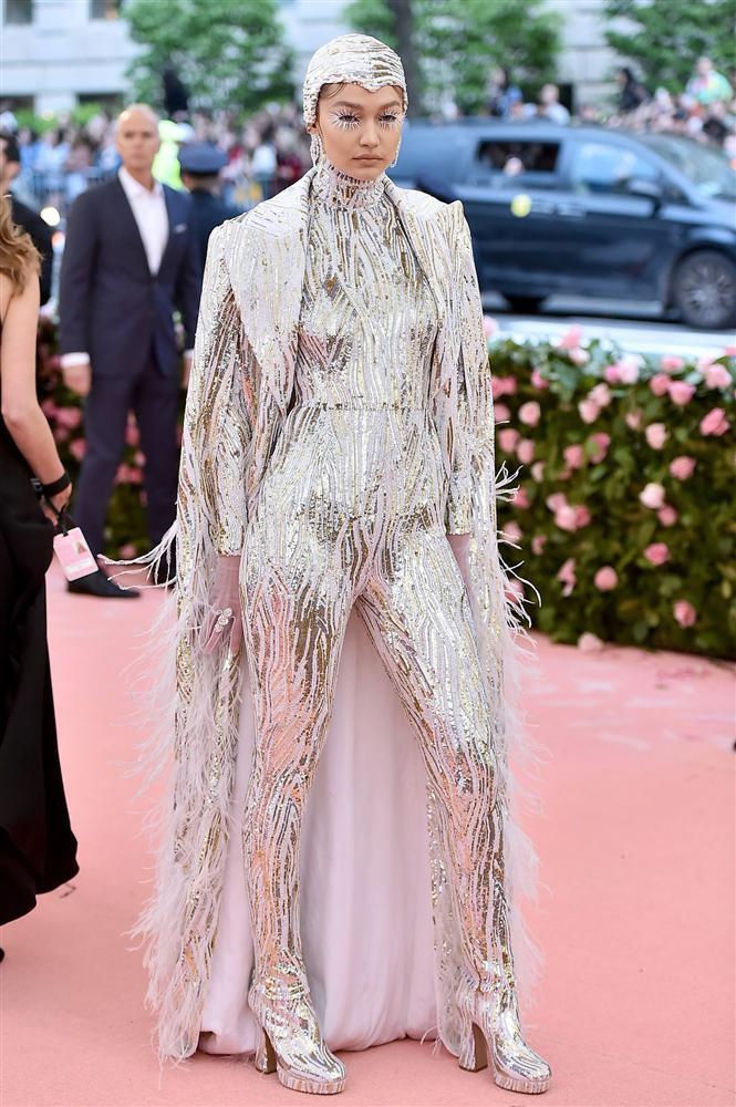 Thảm đỏ Met Gala 2019: Lady Gaga liên tục lột đồ khoe nội y, Cardi B mặc cực kín nhưng gây liên tưởng nhạy cảm, xuất hiện cả Pharaoh vàng chóe-8