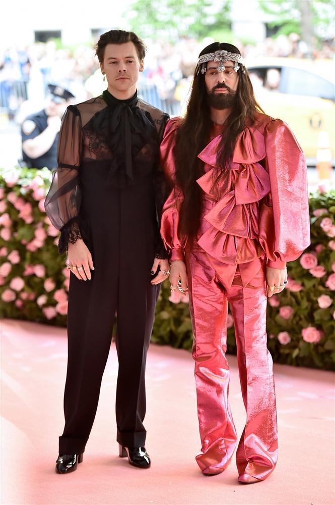 Thảm đỏ Met Gala 2019: Lady Gaga liên tục lột đồ khoe nội y, Cardi B mặc cực kín nhưng gây liên tưởng nhạy cảm, xuất hiện cả Pharaoh vàng chóe-11