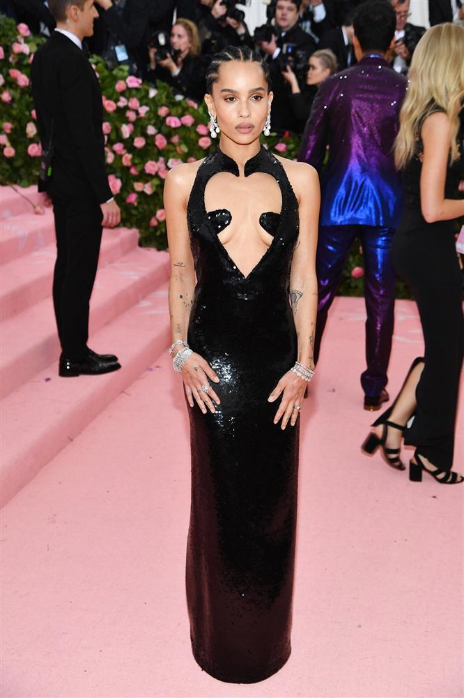 Thảm đỏ Met Gala 2019: Lady Gaga liên tục lột đồ khoe nội y, Cardi B mặc cực kín nhưng gây liên tưởng nhạy cảm, xuất hiện cả Pharaoh vàng chóe-10