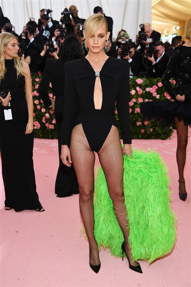 Thảm đỏ Met Gala 2019: Lady Gaga liên tục lột đồ khoe nội y, Cardi B mặc cực kín nhưng gây liên tưởng nhạy cảm, xuất hiện cả Pharaoh vàng chóe-13