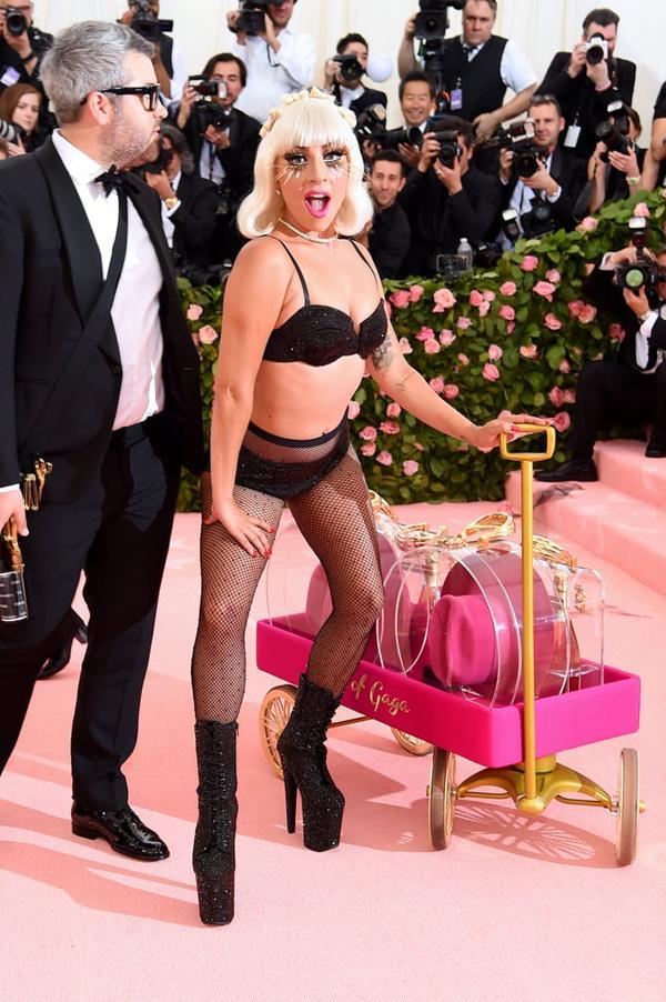 Lady Gaga làm lố lột đồ 3 lần ở Met Gala 2019 cũng chưa thảm họa bằng bộ cánh thịt sống cực gắt 1 thời-6