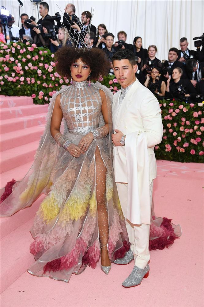 Thảm đỏ Met Gala 2019: Lady Gaga liên tục lột đồ khoe nội y, Cardi B mặc cực kín nhưng gây liên tưởng nhạy cảm, xuất hiện cả Pharaoh vàng chóe-36