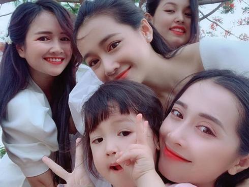 Tin sao Việt: Nhã Phương khoe nhan sắc bên các chị em