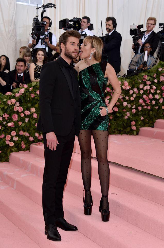 Kinh hoàng với sở thích quái dị của Miley Cyrus: Thè lưỡi liếm mặt, liếm áo chồng mọi lúc mọi nơi-2