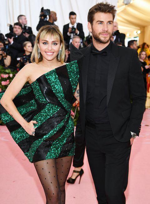 Kinh hoàng với sở thích quái dị của Miley Cyrus: Thè lưỡi liếm mặt, liếm áo chồng mọi lúc mọi nơi-1